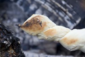 Brood aan stok boven vuur