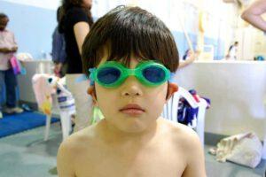 Jongen met zwembril naturalparenting.nl