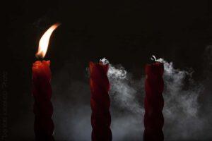 Drie kaarsen waarvan 2 uitgeblazen Oudervannature.nl