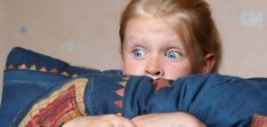Bang meisje kijkt televisie Ouders van Nature.nl