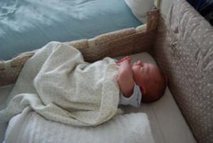 Co-sleeper met baby, ouders vannature.nl