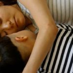 Japanse vrouw slaapt met kind, oudersvannature.nl