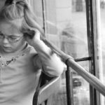 Kinderen en media, meisje leest krant