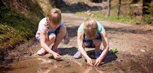 2 meisjes spelen met een plas