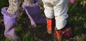 kinderlaarzen in de modder
