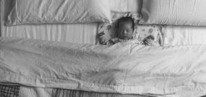 Baby slaapt bij ouders