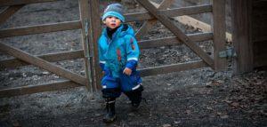 jongetje_buitenspelen_winter_skipak