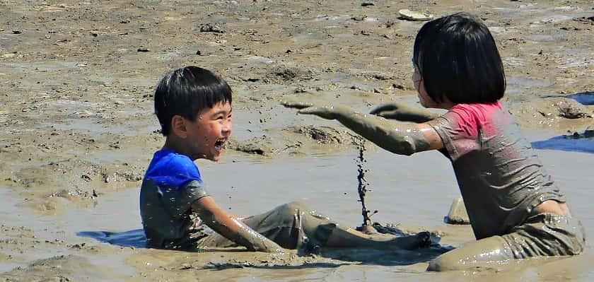 Lekker met modder spelen tijdens Modderdag