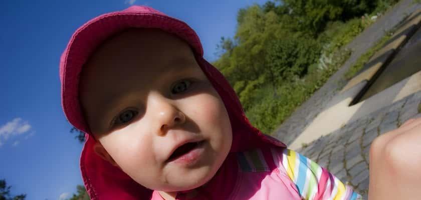 doe baby's en kinderen bij zon een hoedje op