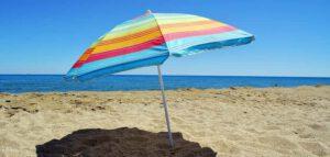 zet bij extreme hitte een parasol op om zonnestress of een zonnesteek te voorkomen