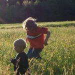 Kinderen spelen buiten in een veld